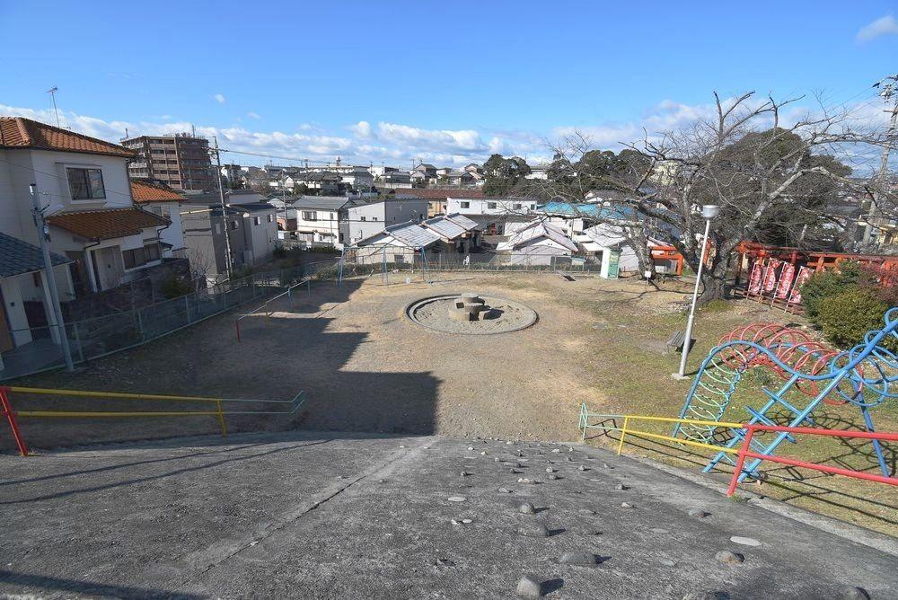 浜松市中区泉二丁目にある泉町児童遊園は丘陵地にあります