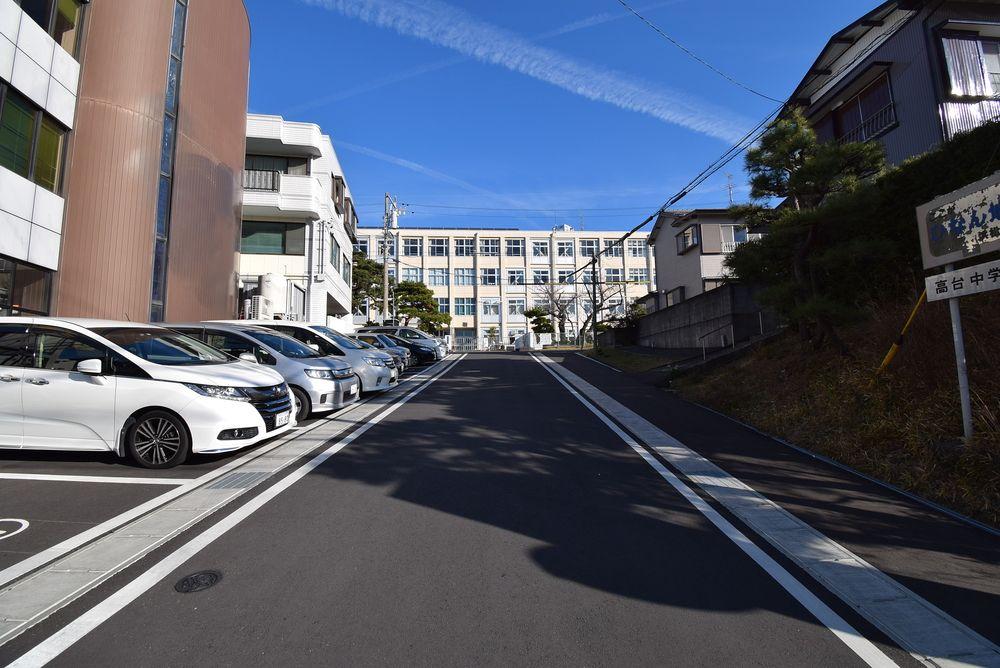 通路の高台中学校の左側(西側)が駐車場になっています