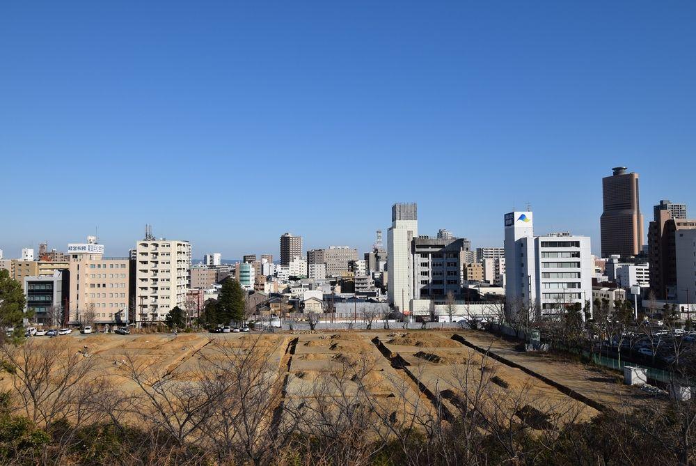 浜松市にある浜松城公園から浜松市が位置を望む。右にアクトタワー