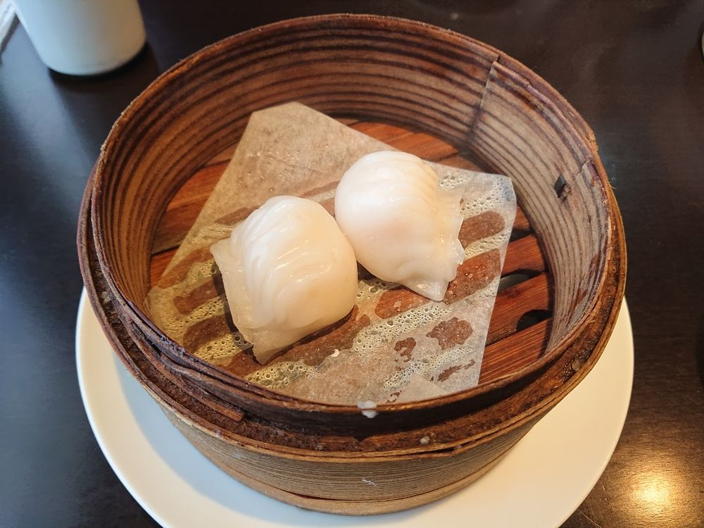 ランチセットの海老蒸し餃子、数種類の飲茶の中から選べます。